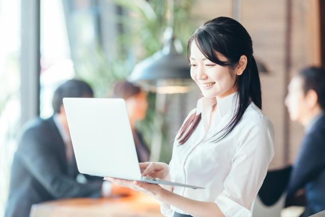 PCで日報を書く女性