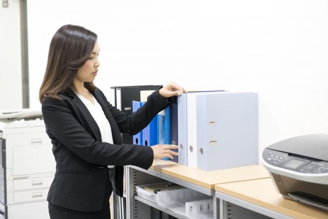 書類整理をする女性
