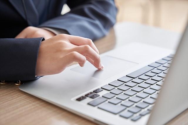 パソコンをさわる男性の手