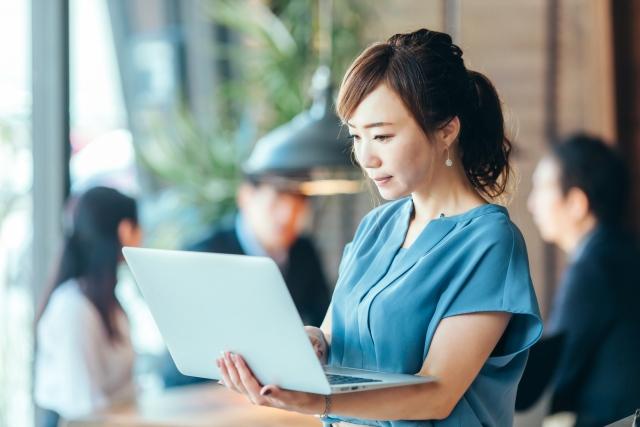 パソコンを開く女性