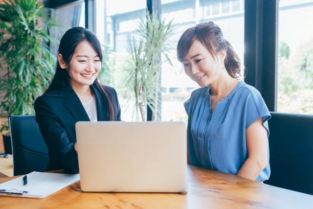 パソコンと2人の女性
