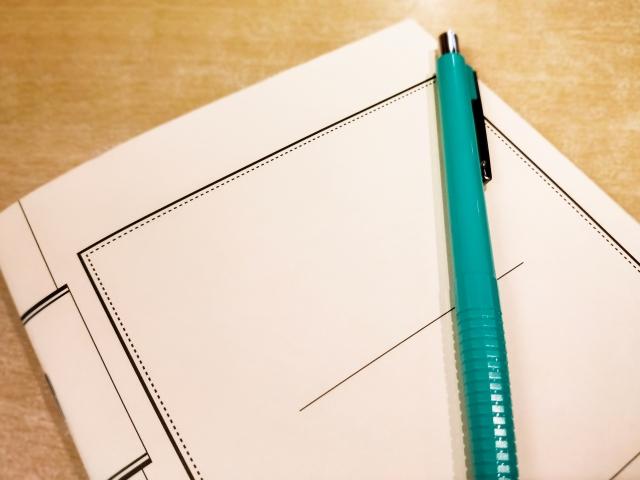 ノートと緑のペン